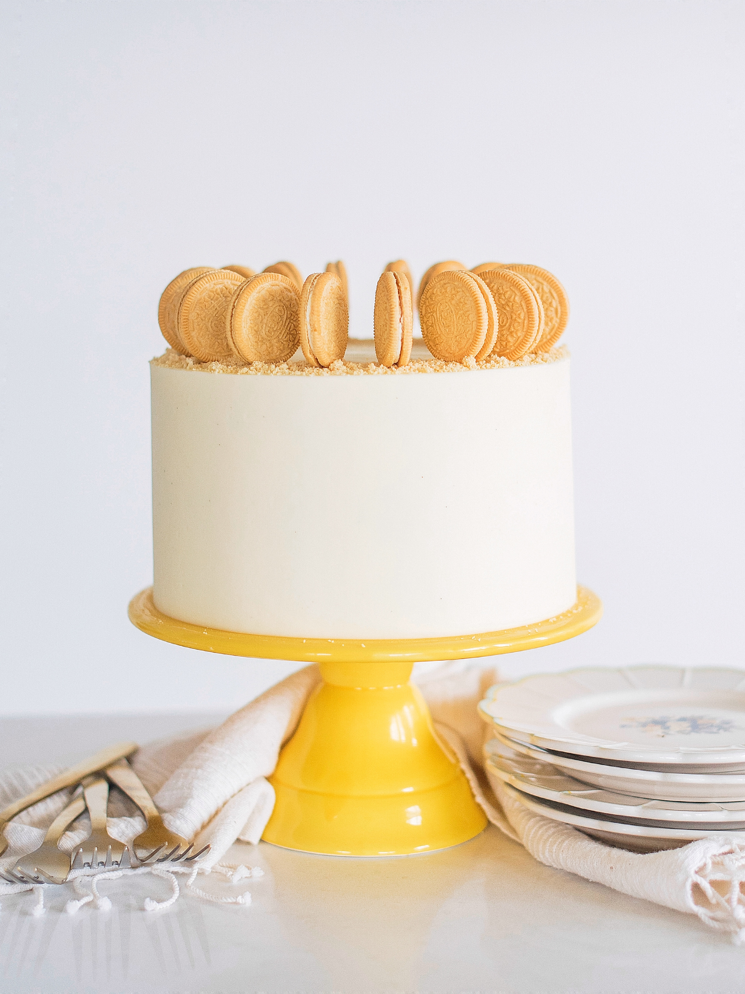 Golden Oreo Cake: ultra moist vanilla cake layers, filled with a whipped cream cheese and Golden Oreo filling, and vanilla buttercream #cakebycourtney #cakerecipe #goldenoreo #goldenoreocake #oreocake