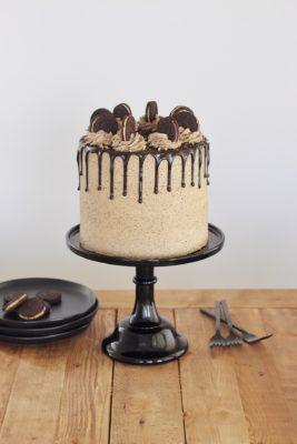 Peanut Butter Oreo Cake: chocolate cake layers with Oreo cream filling and peanut butter Oreo buttercream #cakebycourtney #peanutbutteroreocake #oreo #peanutbutter #dessert #cakerecipe