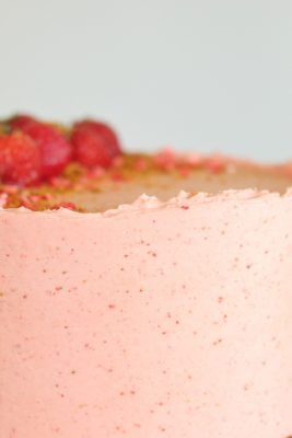 Biscoff Strawberry Cake - Biscoff cake layers, Biscoff filling and cookies and strawberry buttercream. #cake #biscoff #biscoffcake #strawberrybuttercream #biscoffstrawberrycake #strawberrybiscoffcake