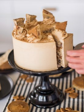 Oatmeal Biscoff Cake: oatmeal chocolate chip cake layers baked on a Biscoff crust, topped with Biscoff spread and Biscoff buttercream. #cakebycourtney #cakerecipe #oatmealcakerecipe #biscoff #cookiebutter #cookiebuttercakerecipe #biscoffbuttercream #cookiebutterbuttercream