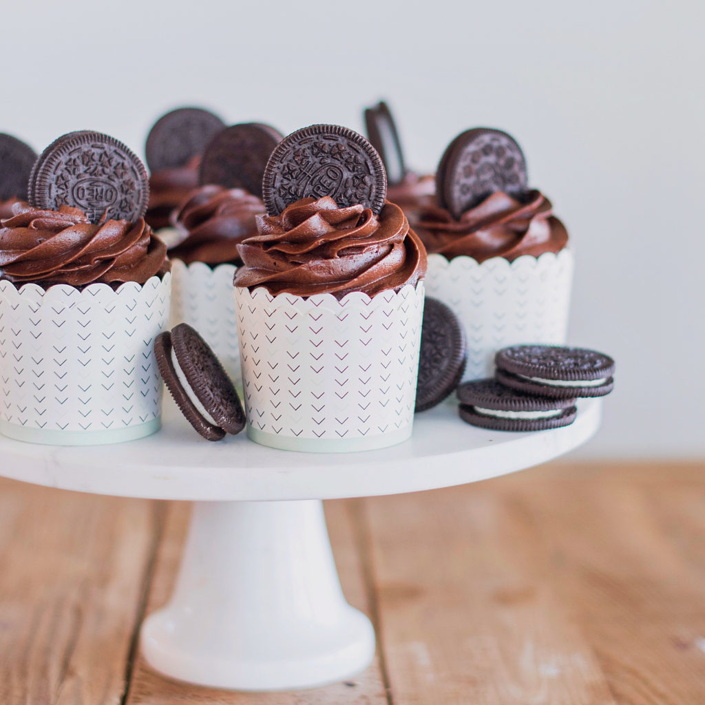 Calling all chocolate lovers! My brand new cake class is just for you! Three brand new, cake class exclusive recipes - Chocolate Lava Cake, Chocolate Cheesecake Cupcakes and Twix Cake #chocolate #chocolatecake #chocolatecupcakes #bestchocolatecake #cake #cakeclass