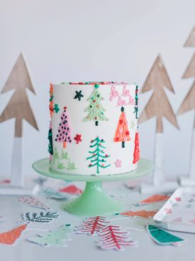Christmas Cake Ideas - my favorite Christmas cake designs, sure to impress all of your holiday guests. #christmascakes #christmascakeideas #christmascake #bestchristmascakes #bestchristmascakeideas #holidaydesserts #christmascakedesigns #christmascakerecipes #christmascakedecorating #cakedecorating #bestholidaydessertideas