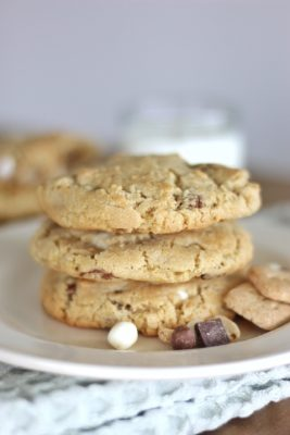 Brown Butter S'mores Cookies - delicious s'mores cookies made with brown butter and the #Target s'mores trail mix. #cakebycourtney #trailmix #smores #smorescookies #brownbuttercookies #brownbuttersmorescookies #cookierecipe #smorescookierecipe #cookies #easycookies