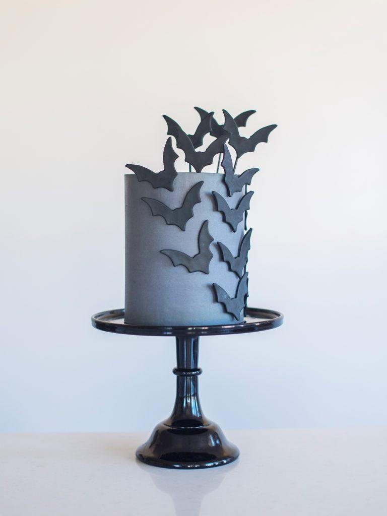 decorating tips for a halloween bat cake www.cakebycourtney.com
