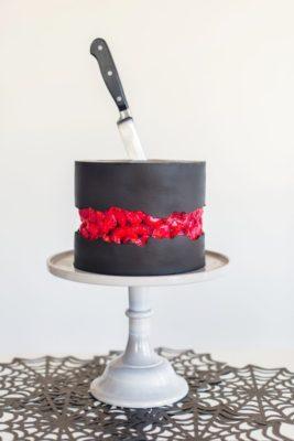 decorating tips for a halloween bloody brains cake. www.cakebycourtney.com