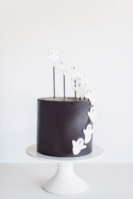 decorating tips for a halloween ghost cake. www.cakebycourtney.com