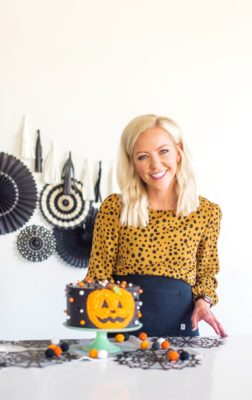 decorating tips for a halloween pumpkin cake. www.cakebycourtney.com